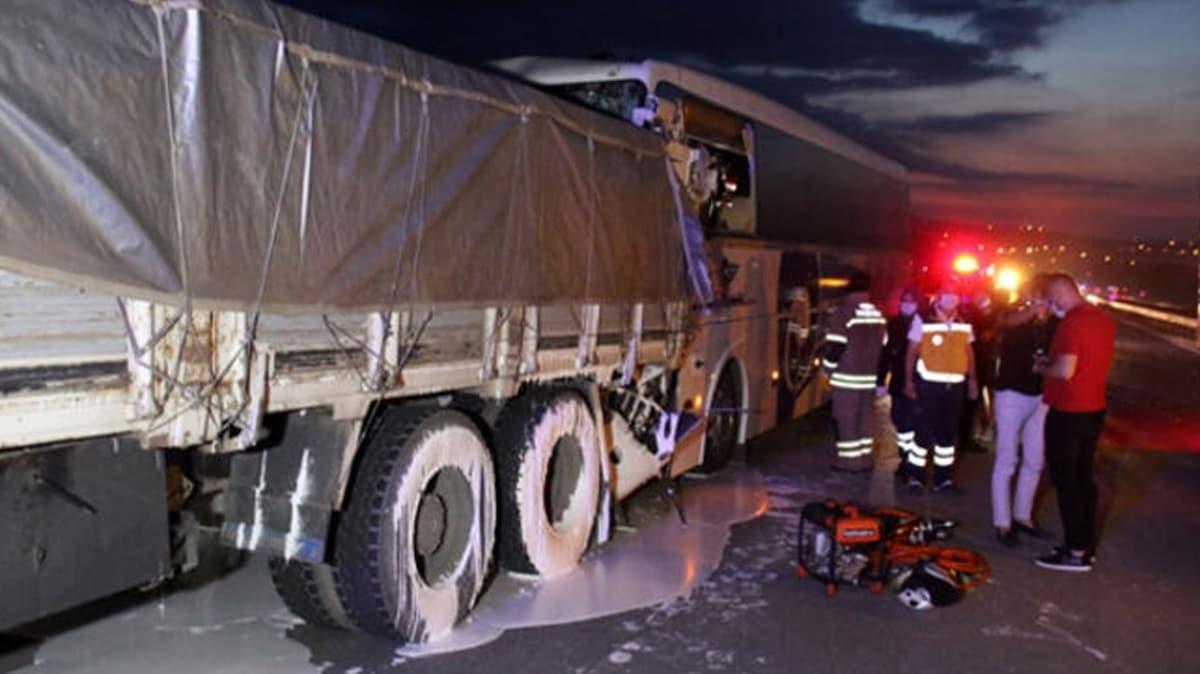Uşak'ta feci kaza: 2 kişi öldü, 18 kişi yaralandı