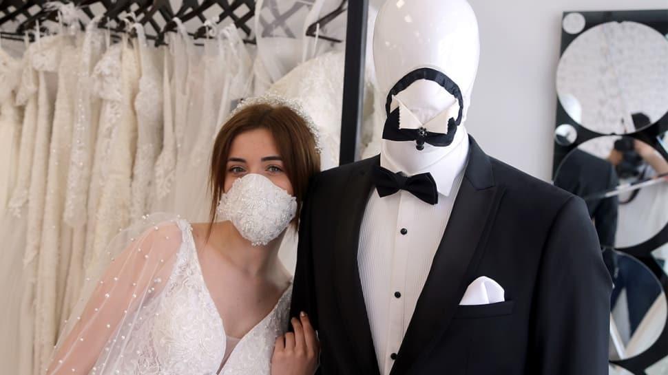 Düğünlerin yeni gözdesi: Gelinlere incili, damatlara papyonlu maske!