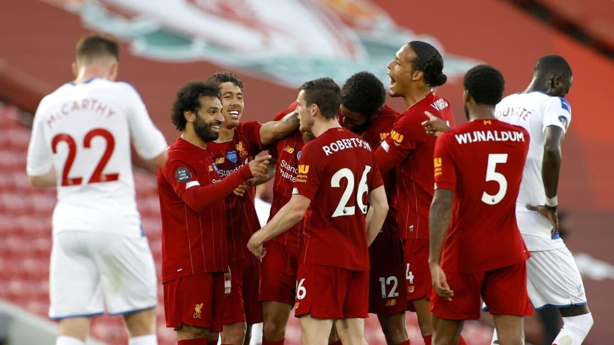 Liverpool rekorla gelen şampiyonluğu kutluyor
