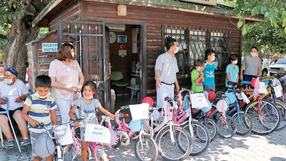 Çocuklar için bisiklet topluyor
