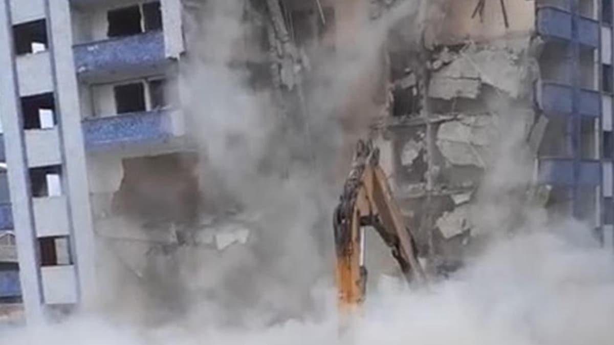 Rize'de yıkımı yapılan binanın çökme anı saniye saniye görüntülendi