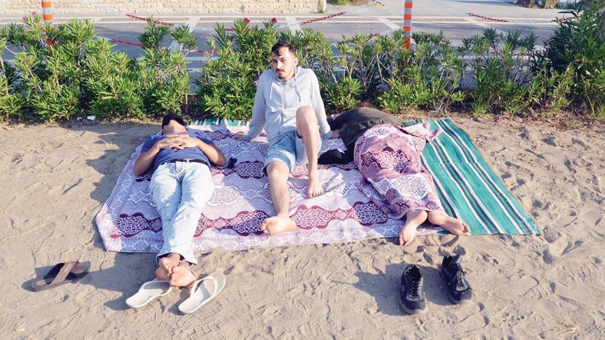 4.4'lük depremle uyandılar! Eve giremeyenler plajda sabahladı