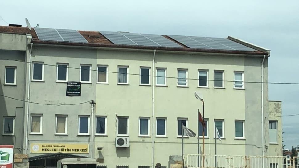 Bu okulda elektrik masrafı sıfır! Hem üretiyor hem de satıyor