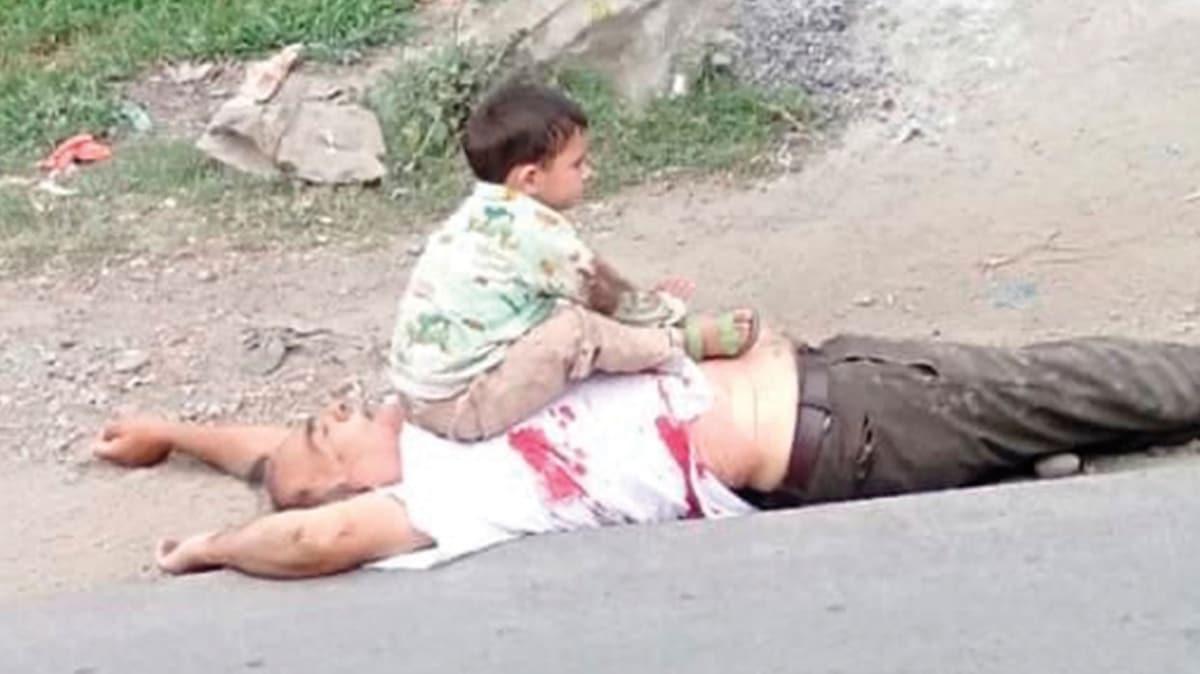 Dedesinin cesediyle bekledi! Keşmir'de acının fotoğrafı