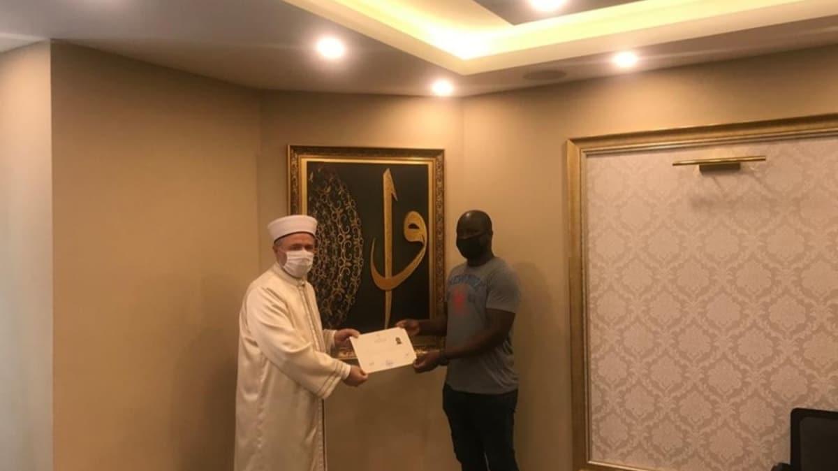Afrika'dan Türkiye'ye okumaya gelen genç adam Müslüman oldu