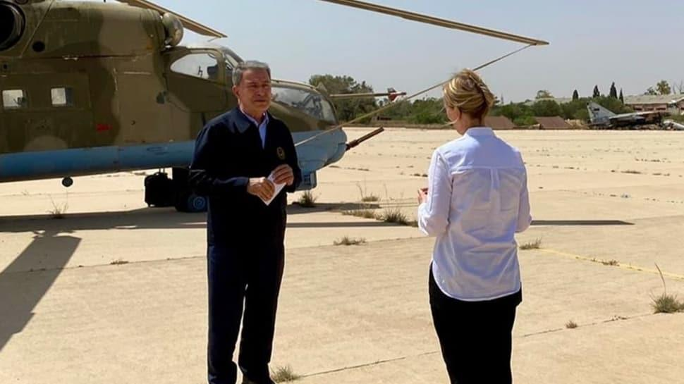 Libya'da anlamlı mesaj... Bakan Akar, Rus yapımı savaş helikopteri önünde röportaj verdi