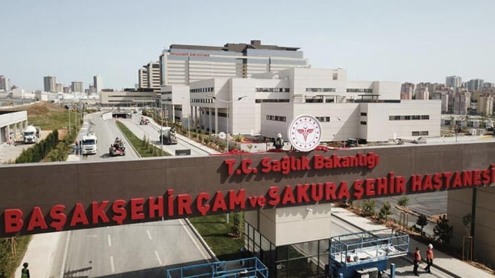 Başakşehir Çam ve Sakura Şehir Hastanesi'nde hastanın karnından 10 kilogramlık kitle çıkarıldı