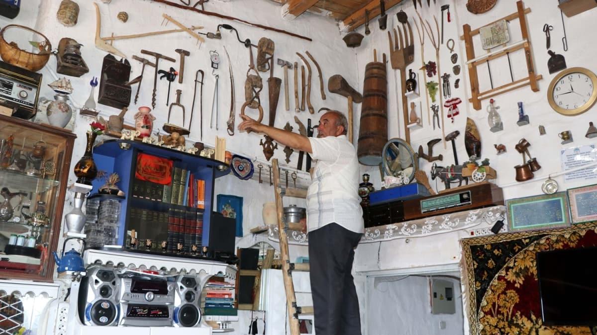 Müzeden etkilendi, antika eşyalardan evin salonunda yer kalmadı