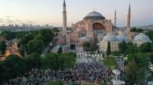 Tarihi karar sonrası Ayasofya Meydanı'nda akşam namazı kılındı