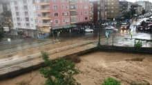 Rize'de şiddetli yağış... Debisi yükselen dere taştı!