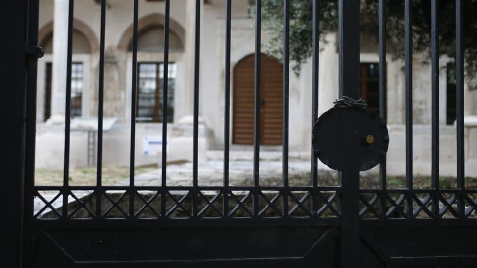 Ya bar ya da sinema yaptılar... Olmadı kilit vurdular! Yunanistan'daki camileri böyle tahrip ettiler