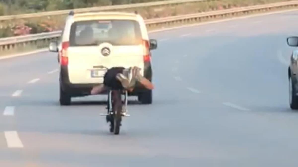 Yüzüstü yatarak motosiklet kullanan sürücüye para cezası uygulandı