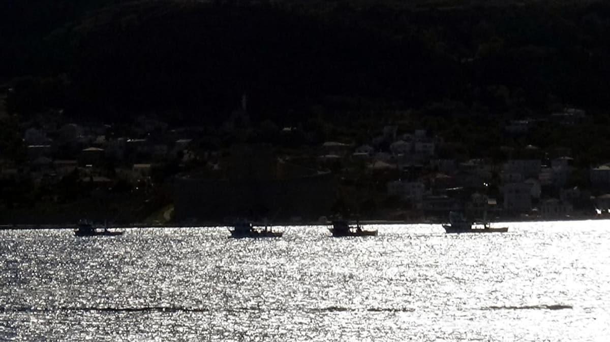 Ege Denizi'ne doğru seyreden trol tekneleri filo halinde Çanakkale Boğazı'ndan geçti