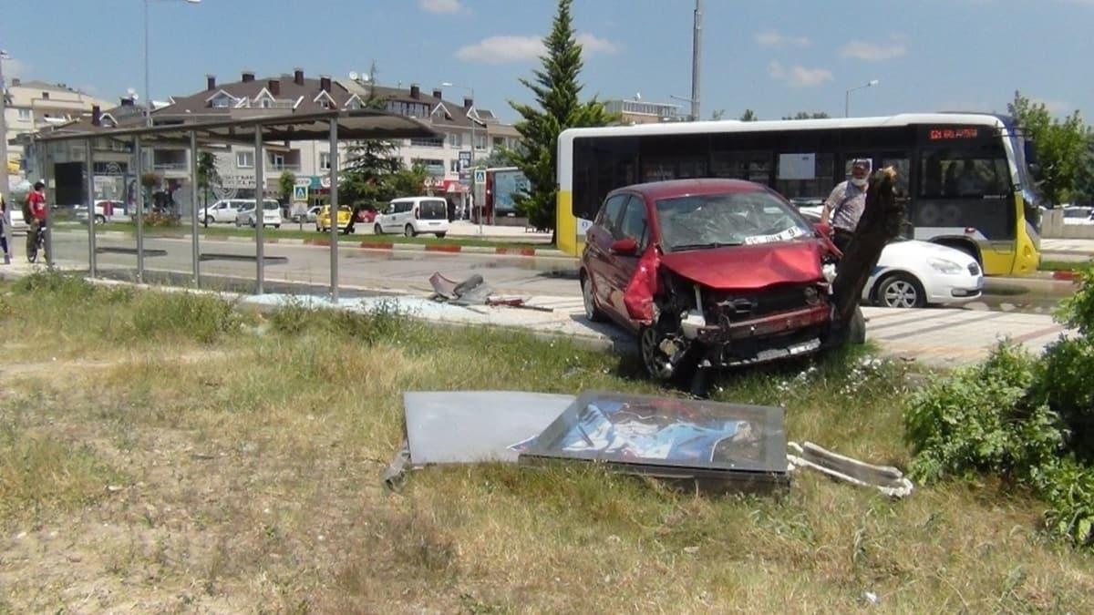 Bursa'da kontrolden çıkan otomobil otobüs durağına daldı: 2 yaralı