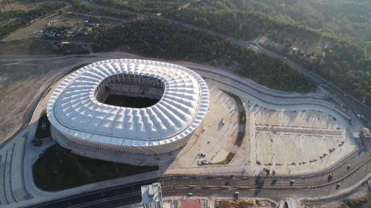 Yeni Adana Stadyumu'nda hibrit çim serimi başladı