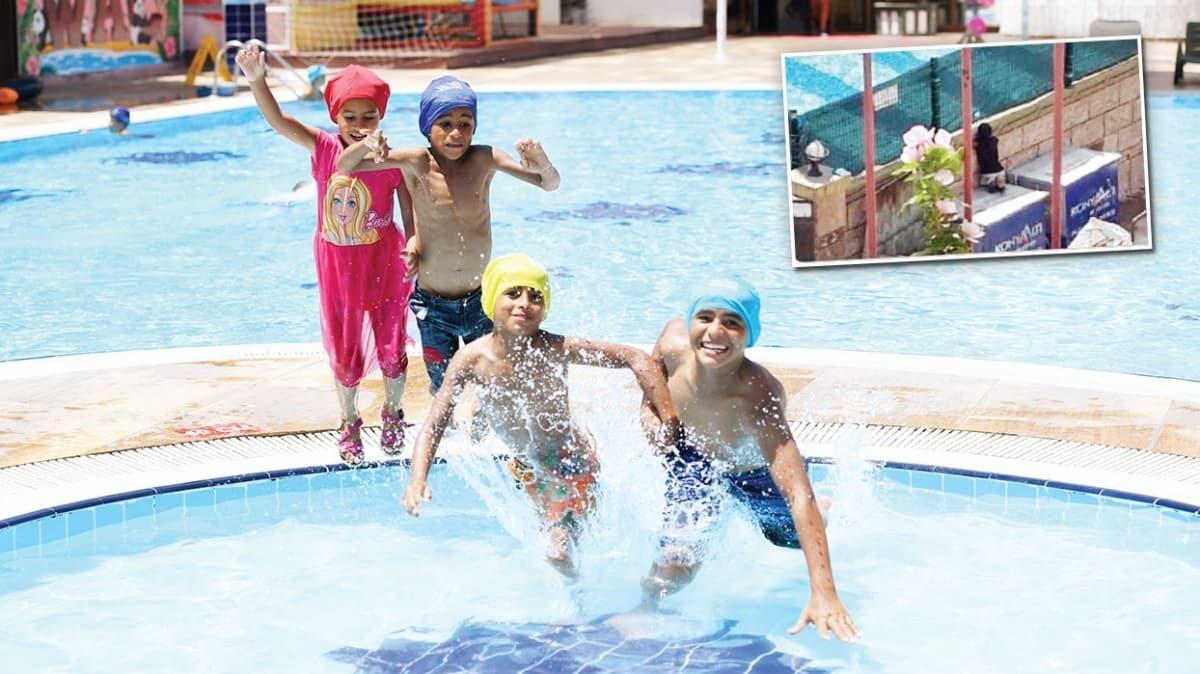 Kağıt toplayan çocuk havuz hayaline kavuştu