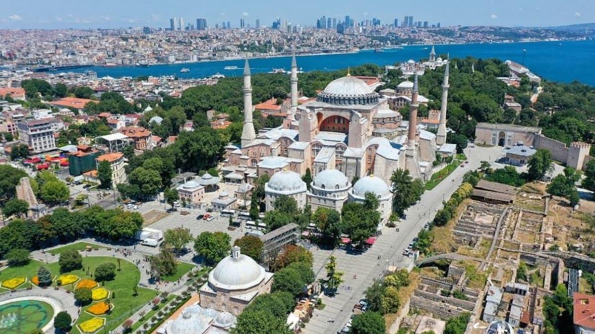 Ayasofya Camii'nin ibadete açılması dolayısıyla kapatılan yollar yeniden trafiğe açıldı