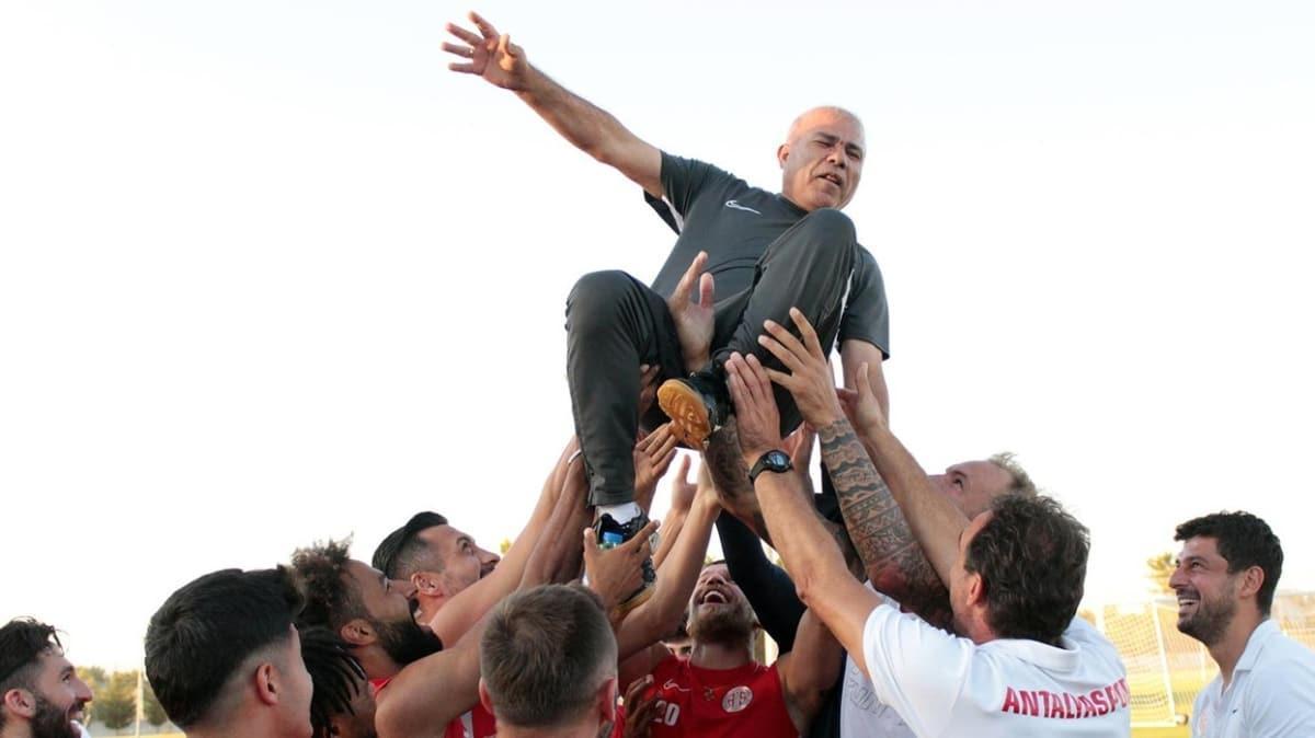 Antalyaspor'un 38 yıllık emektarı Sadettin Tosun, Kırmızı-Beyazlılara omuzlarda veda etti
