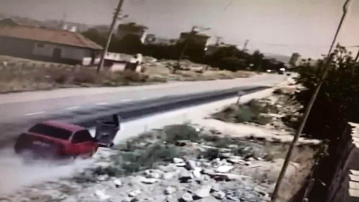 Karaman'da otomobilin çöp konteynerine çarpma anı kamerada