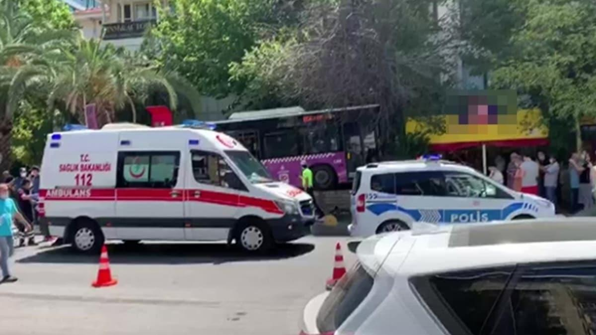 Kadıköy'de halk otobüsü markete daldı: 4 yaralı