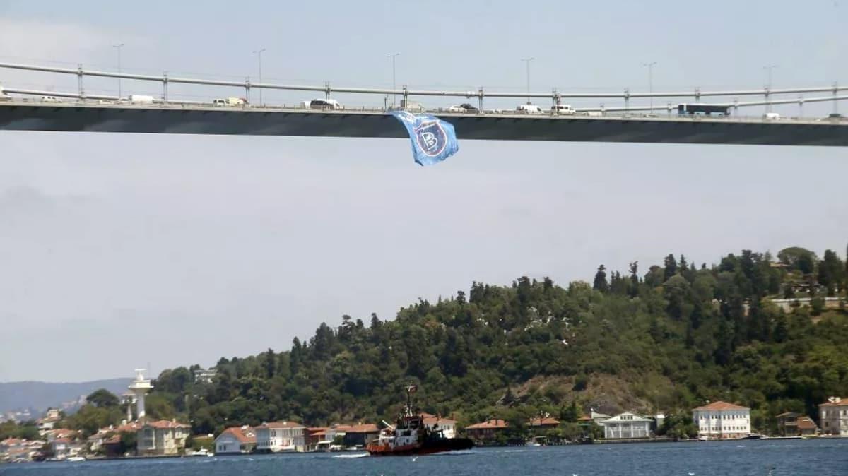 Şampiyon Başakşehir'in bayrağı İstanbul Boğazı'ndaki köprülere asıldı
