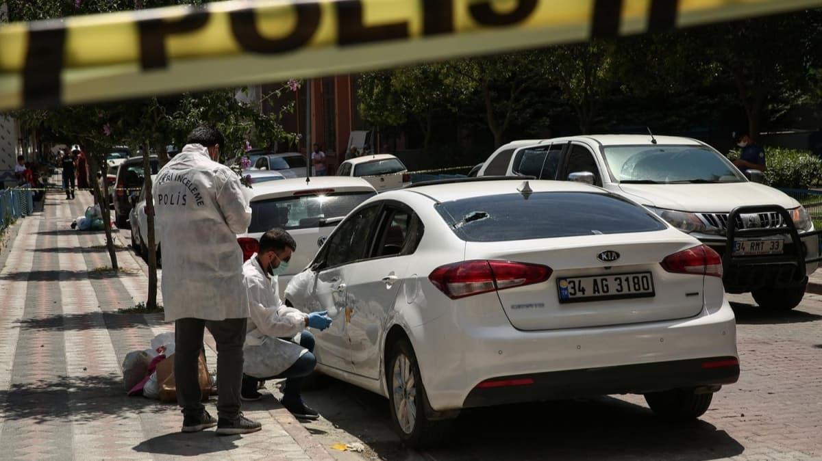 Sultangazi'de 'dur' ihtarına uymayan şüpheliler polis aracına çarpıp kaçtı