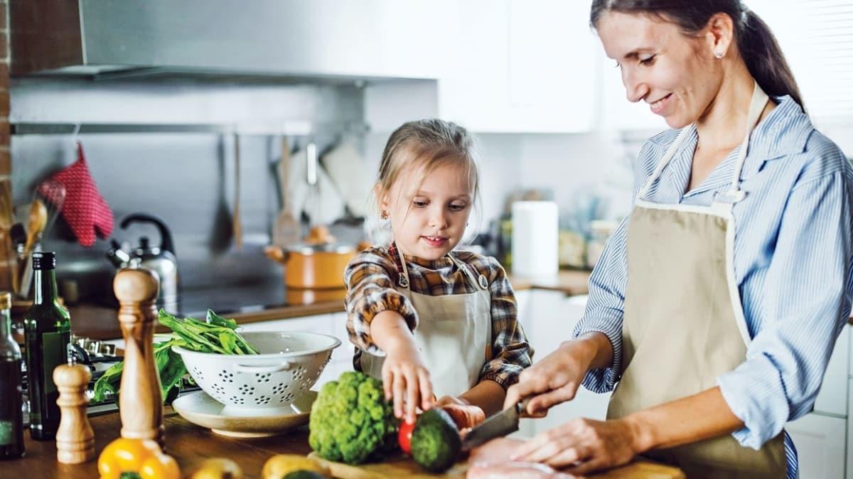 Etleri kızartmadan sebzelerle birlikte pişirin