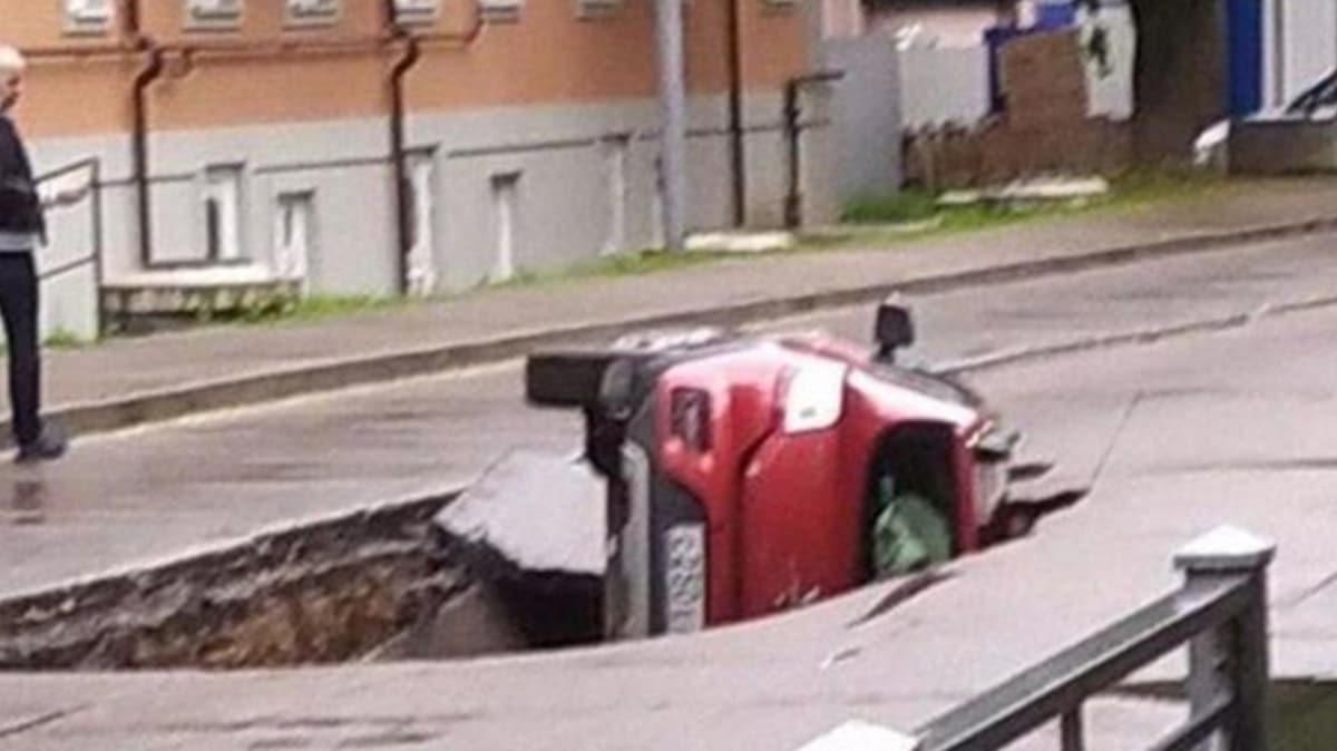 Rusya'da ilginç kaza: Otomobil çukura gömüldü