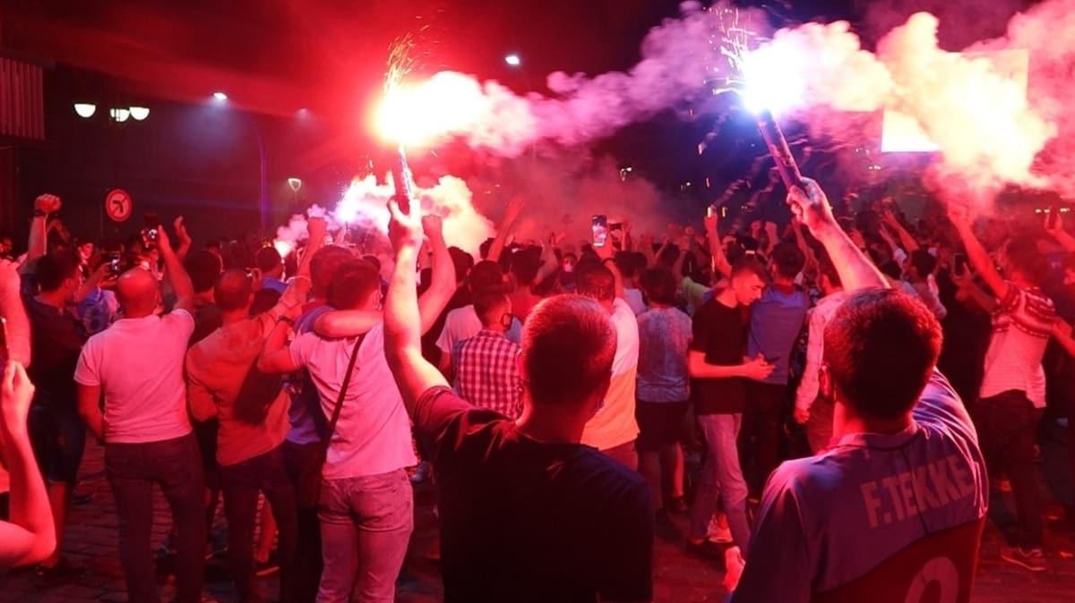 Trabzonsporlu taraftarların kupa coşkusu