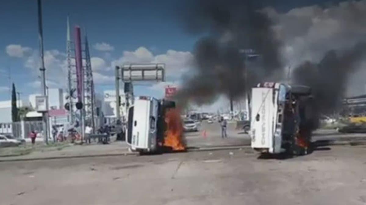 Meksika'da ABD'ye verilen suya protesto... Araçlar ateşe verildi!