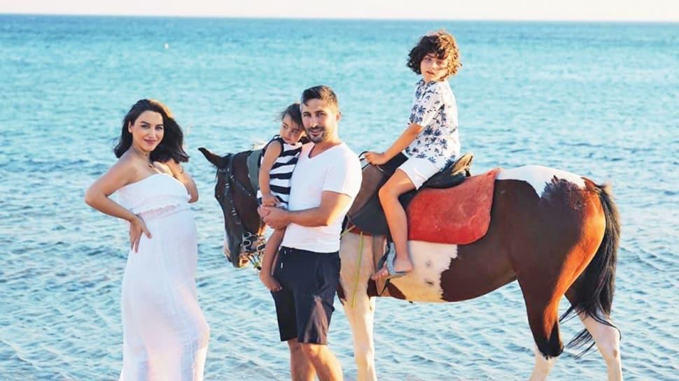 Yağmur Sarıoğlu'ndan eşi Sabri Sarıoğlu ve çocuklarıyla hamilelik pozu!