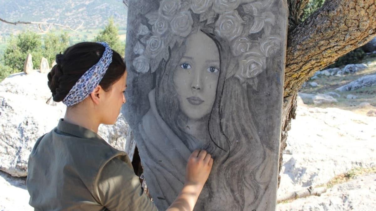 Burdur'da yaşayan ressam, yeteneğini dağlara taşlara yansıttı