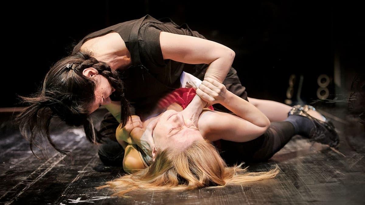 Kadının 'Adı Sanı, İsmi Cismi' tiyatro sahnesinde sorgulanıyor!