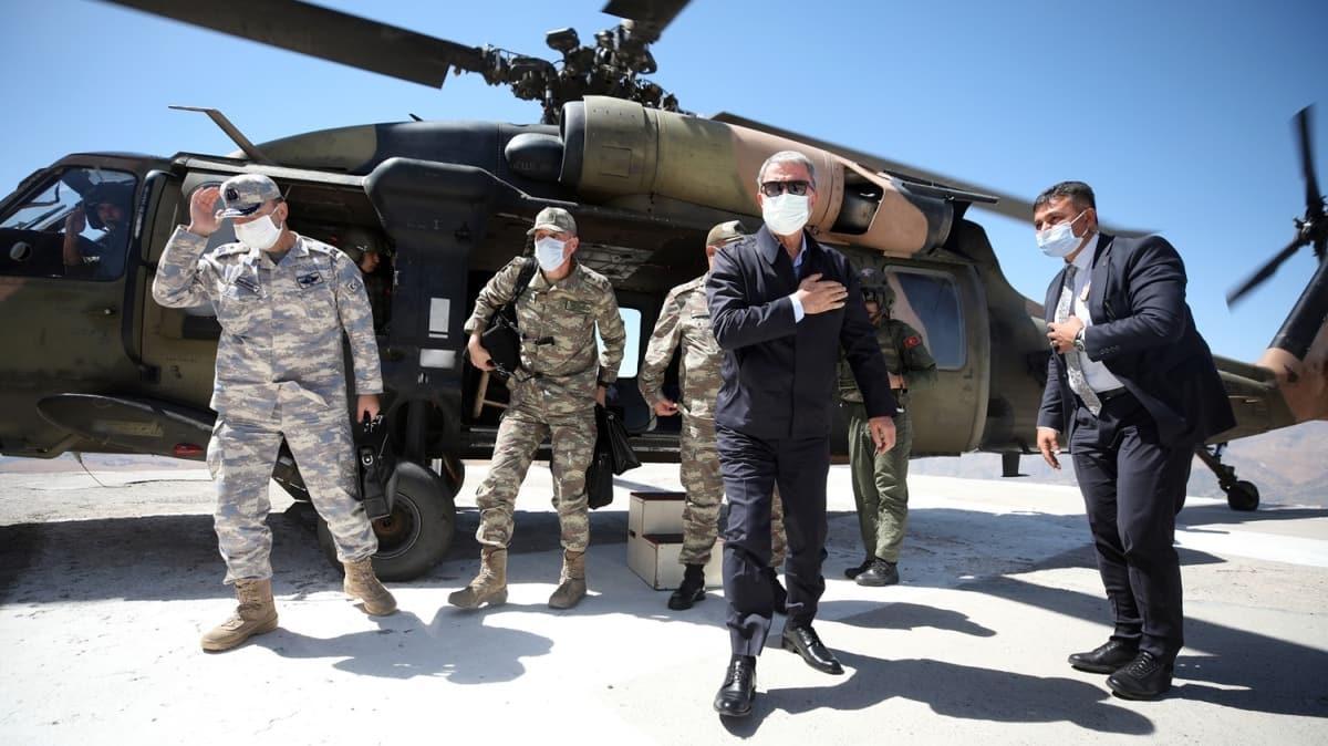 Bakan Akar, Irak sınırındaki birliklerde inceleme ve denetlemelerde bulunuyor