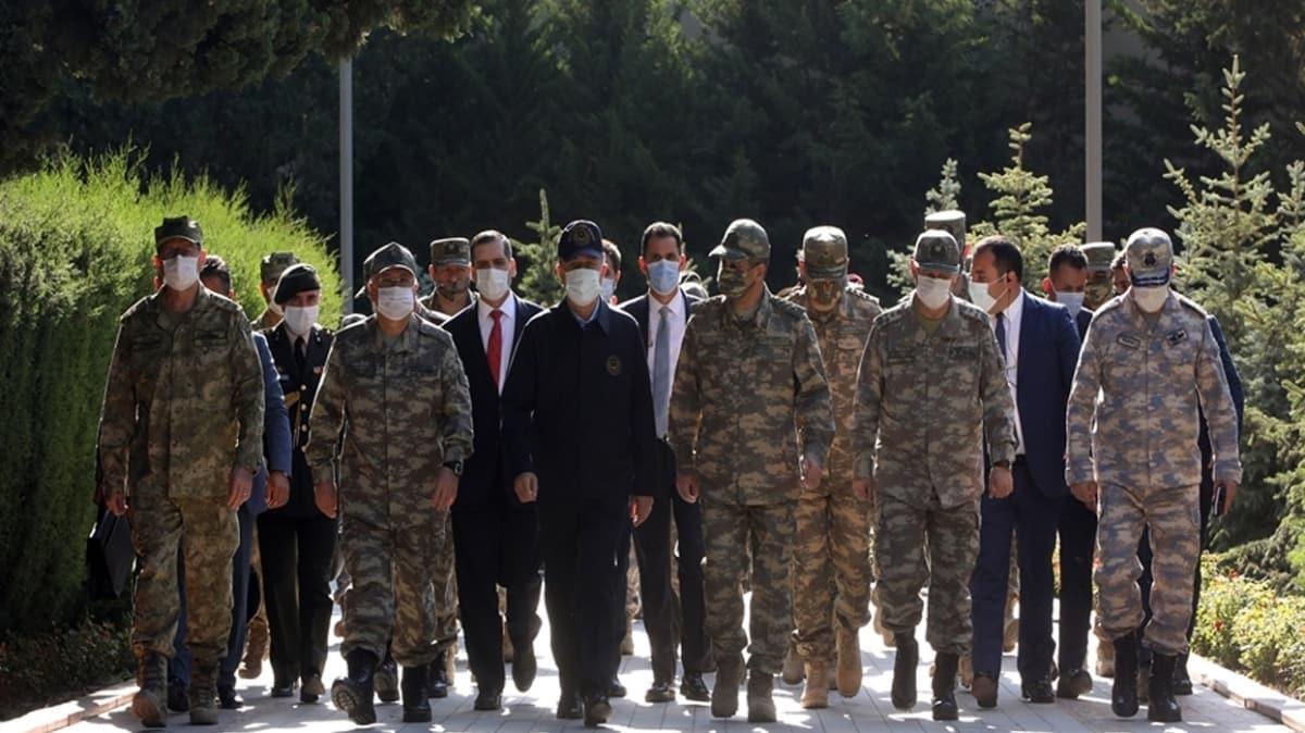 Bakan Akar ve Kuvvet Komutanları Azerbaycan'da şehitlik ziyaret etti