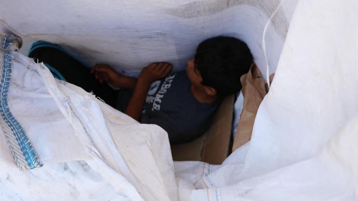 Hikayesi yürek burktu: Atık topladığı çuvalda uyurken bulunan çocuk için harekete geçildi