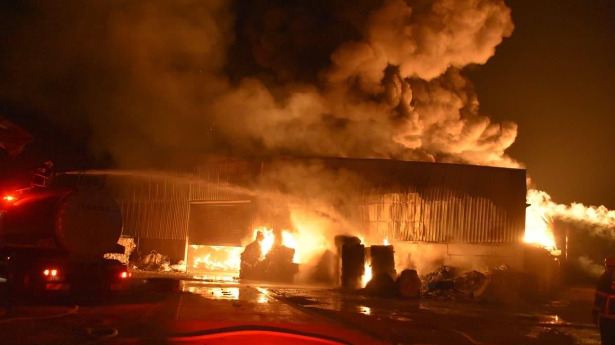 Geri dönüşüm fabrikasında çıkan yangın 3 saat sonunda kontrol altına alındı