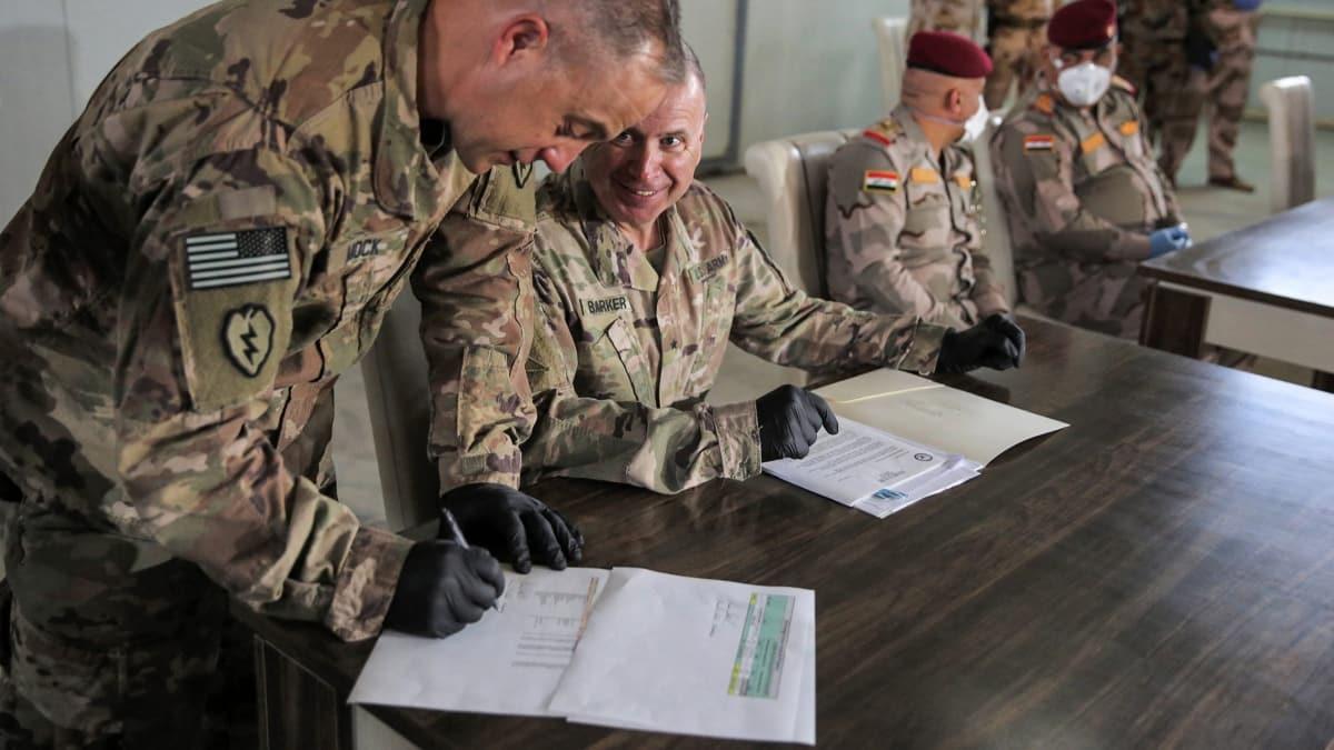 Koalisyon en büyük cephaneliği Irak'a teslim etti