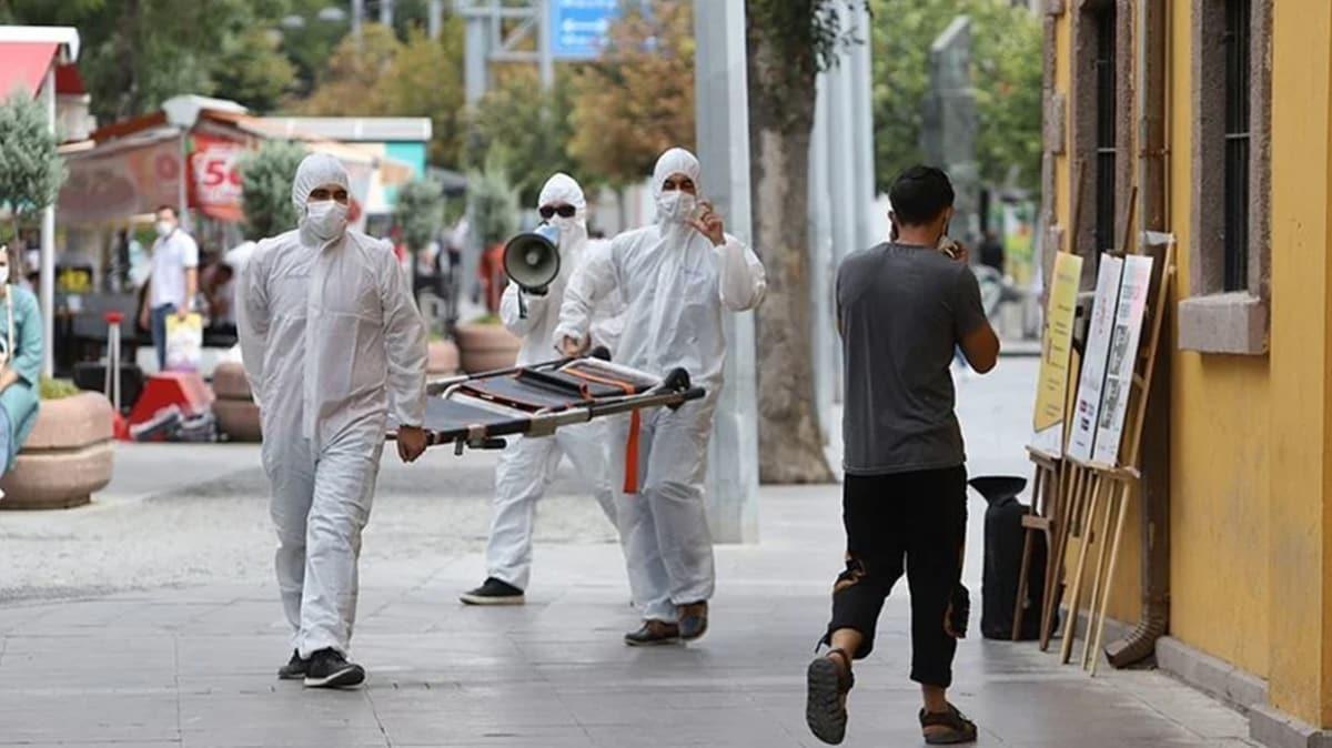 Konya'da ilginç sosyal deney: Maskesizleri sedye ve megafonla uyardılar