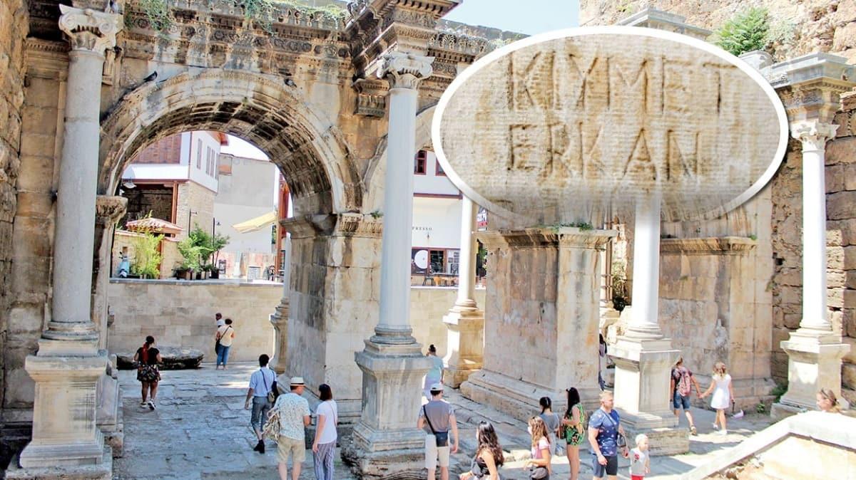 Antalya'da tarihi Kaleiçi'nin Hadrianus Kapısı'nı ayakta tutan kolonlara isimler yazıldı, kalpler çizildi