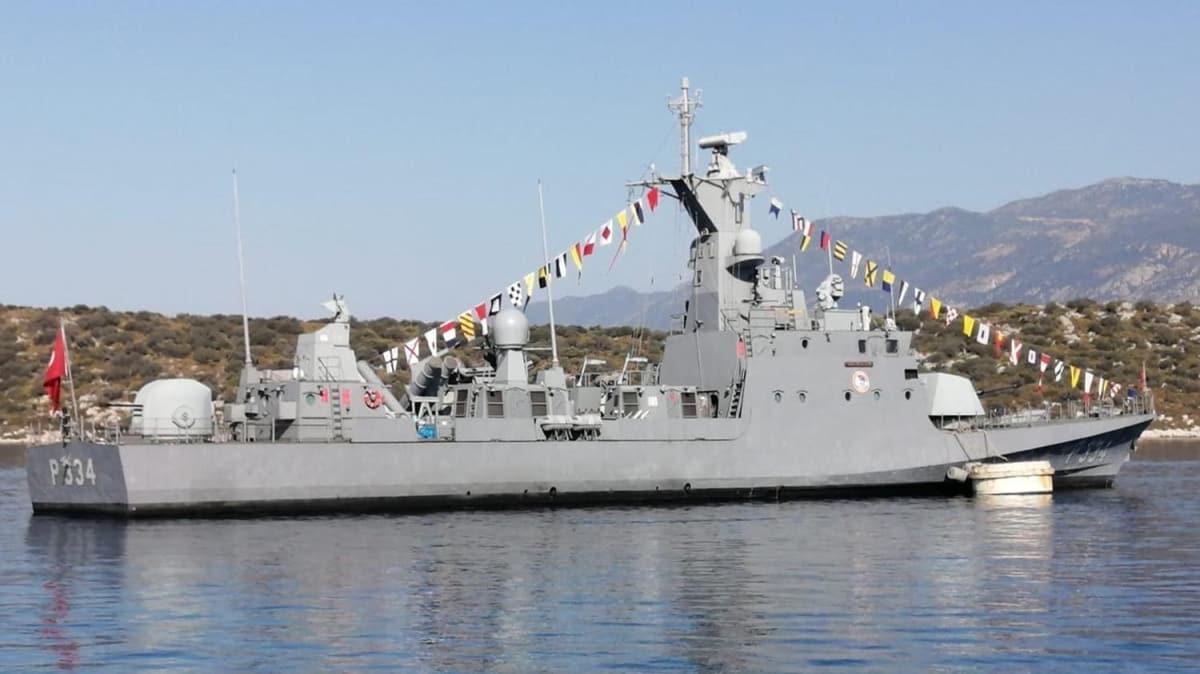 Türk Deniz Kuvvetleri'ne ait savaş gemilerinin Kaş'ta bekleyişi sürüyor