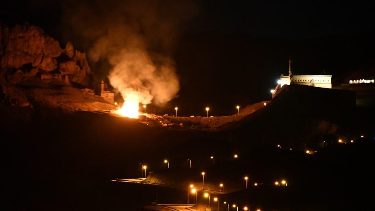 İshak Paşa Sarayı yakınında uçurulan dilek balonu yangına neden oldu... 5 bin balya ot kül oldu!