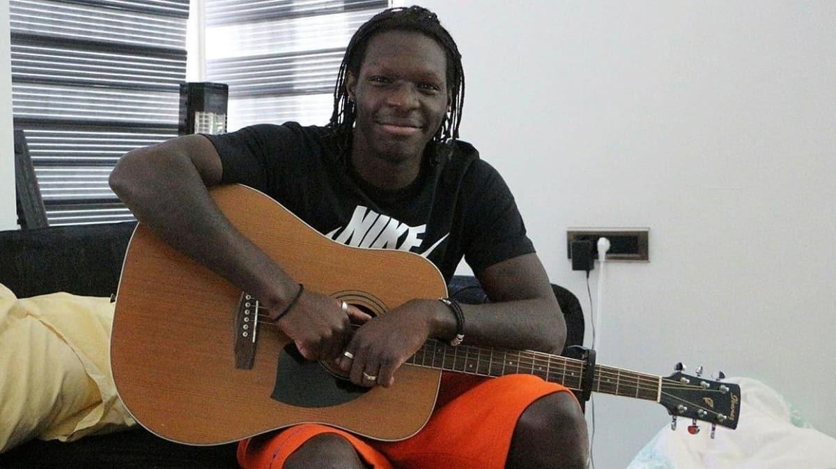 Fabrice N'Sakala, şampiyonluk kutlamasında gitarıyla Türkçe şarkı çalmak istiyor