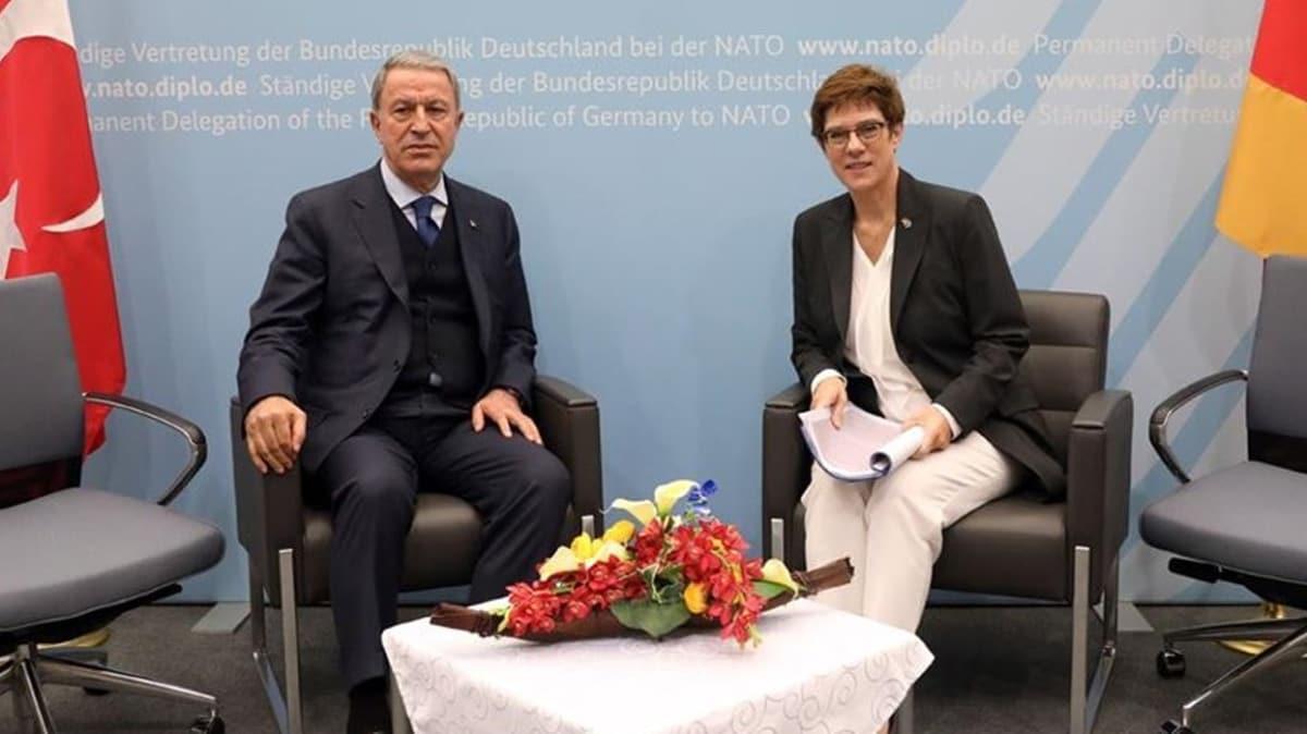 Millî Savunma Bakanı Akar, Alman mevkidaşı Karrenbauer ile telefonda görüştü