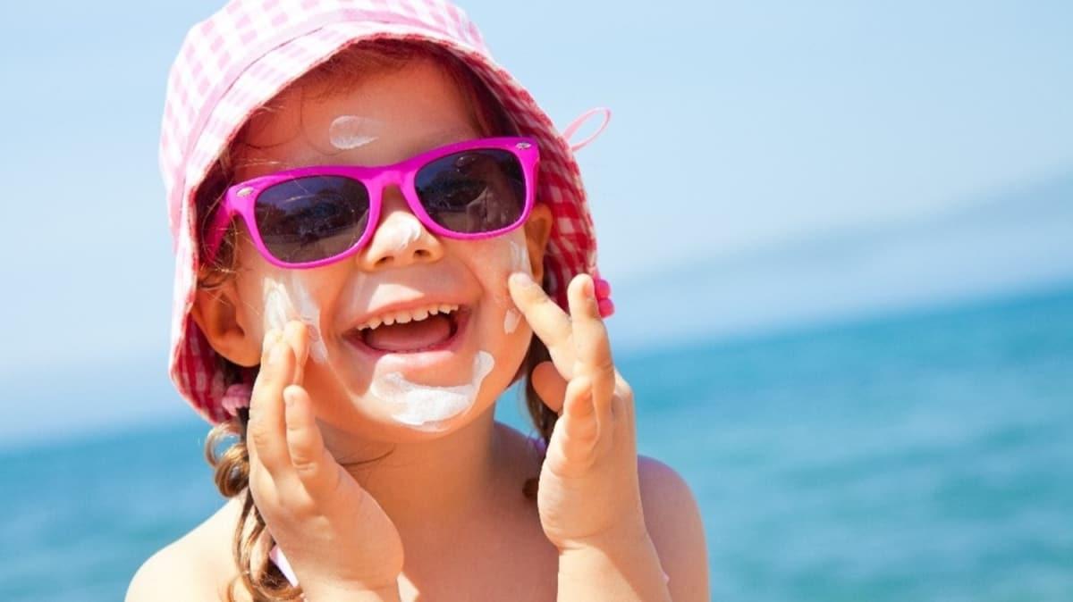 """Uzmanlar uyardı: Bebeklerde güneş koruyucu kullanmayın! Güneş kremi nasıl kullanılmalı"""""""