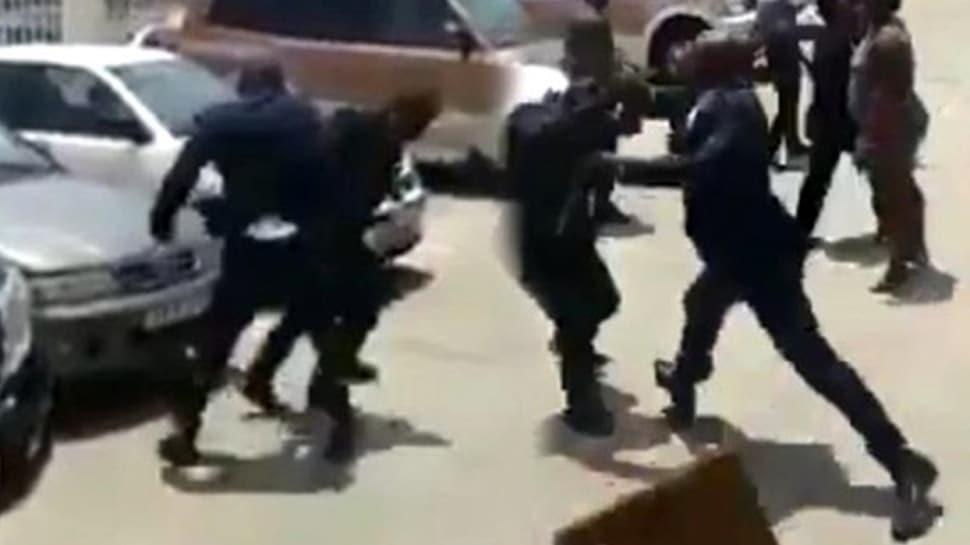 Gine lideri, Çalışma Bakanı'nı sokak ortasında dövdü! O anlar saniye saniye kaydedildi