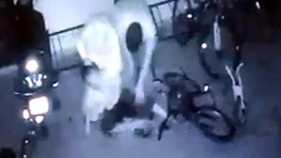 Garajda komşularının çocuğunu dakikalarca dövdüler