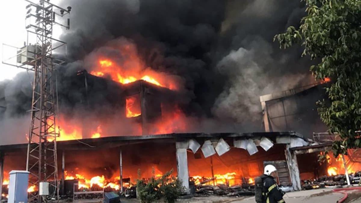 Tokat'ta bir AVM'de çıkan yangın söndürülmeye çalışılıyor