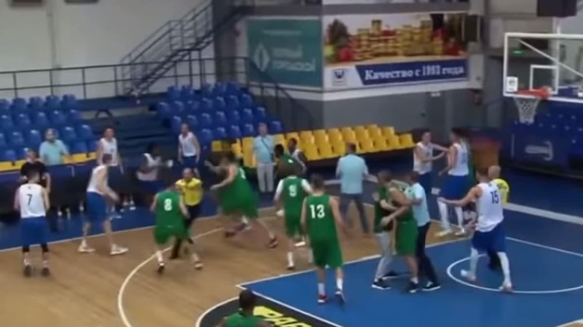 Basketbol maçında yumruklar havada uçuştu