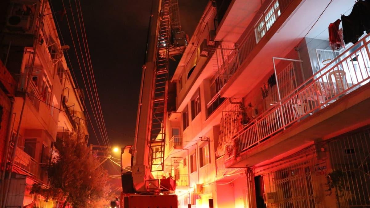 İzmir'de 3 katlı binanın teras katında tüp patlaması sonucu evde hasar oluştu